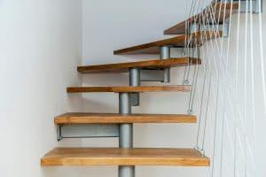 עיצוב מדרגות פנים מרחפות בוילות יוקרה