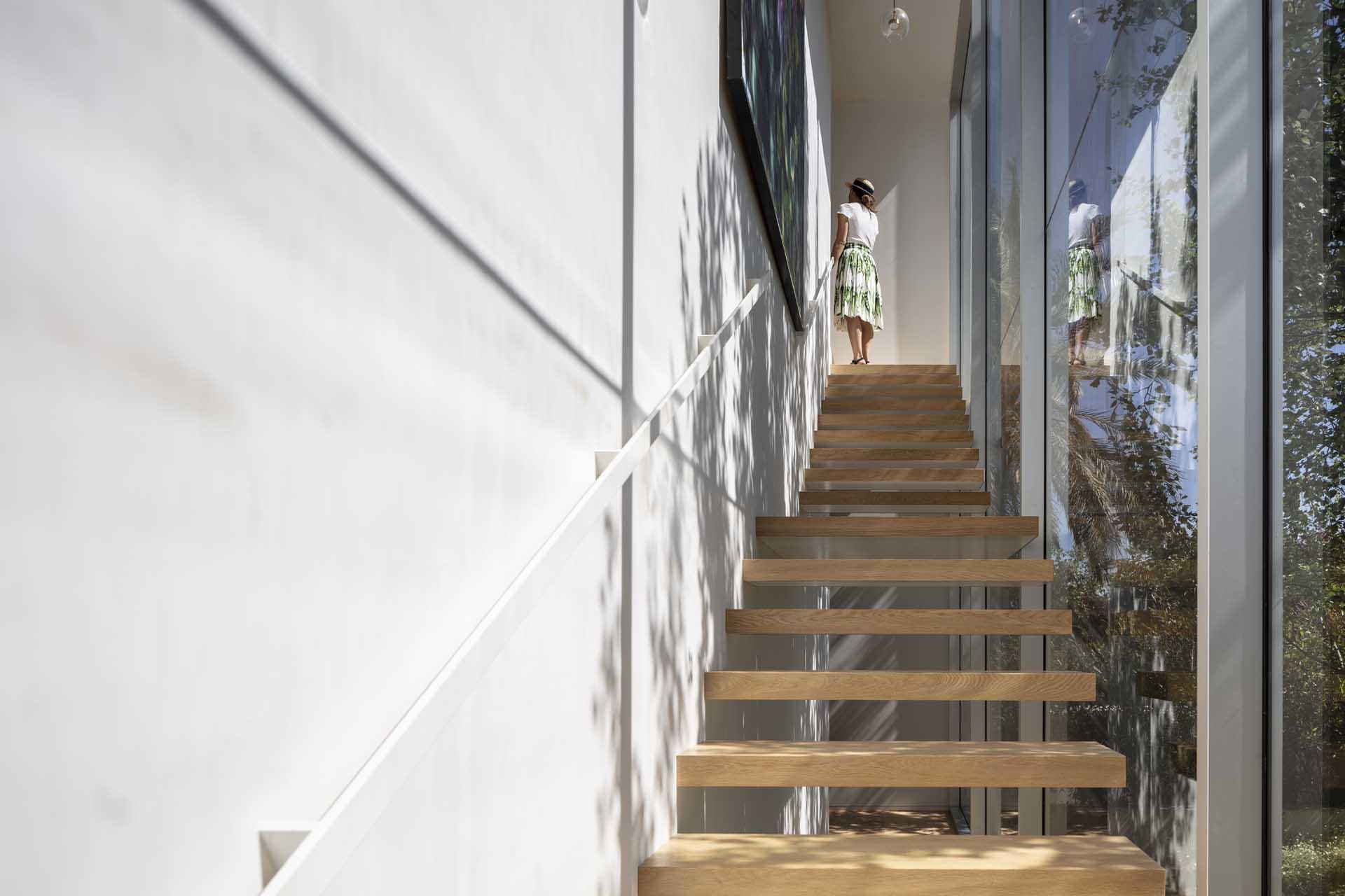 מדרגות פנים מרחפות בדירות יוקרה